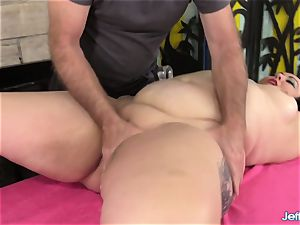A masseuse Turns a rubdown into an climax Session for plus-size Calista Roxxx
