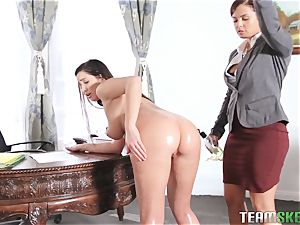 Keisha Grey demonstrating Karlee Grey whose manager