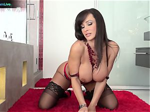 Lisa Ann has no problem getting her sphincter pounded