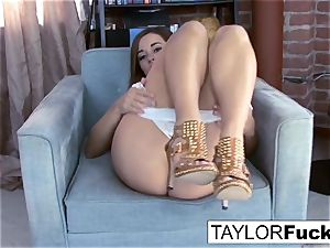 Taylor Vixen shows Off those awesome knockers